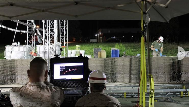 ▲工作人員須在一旁監控混凝土的量。(圖/翻攝自 marines)