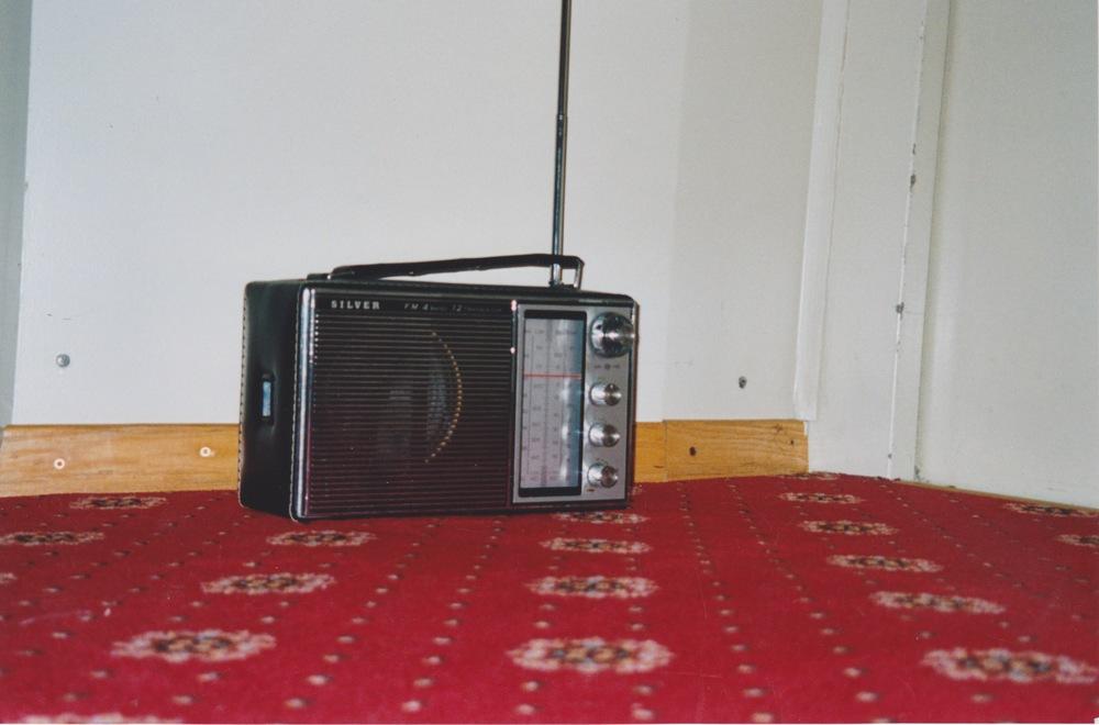 wie ein liftboy wartet auf jeder etage des hotels ein radioempfänger. die radioempfänger rauschen. im lift ist ein ukw-sender montiert. hält der lift auf der etage an, empfängt das dort stationierte radiogerät die ungefähre. fährt der sender an der etage vorbei, schnappt der empfänger ein wort auf und bringt dieses ereignis zum erklingen, um danach wieder vor sich hin zu rauschen.
