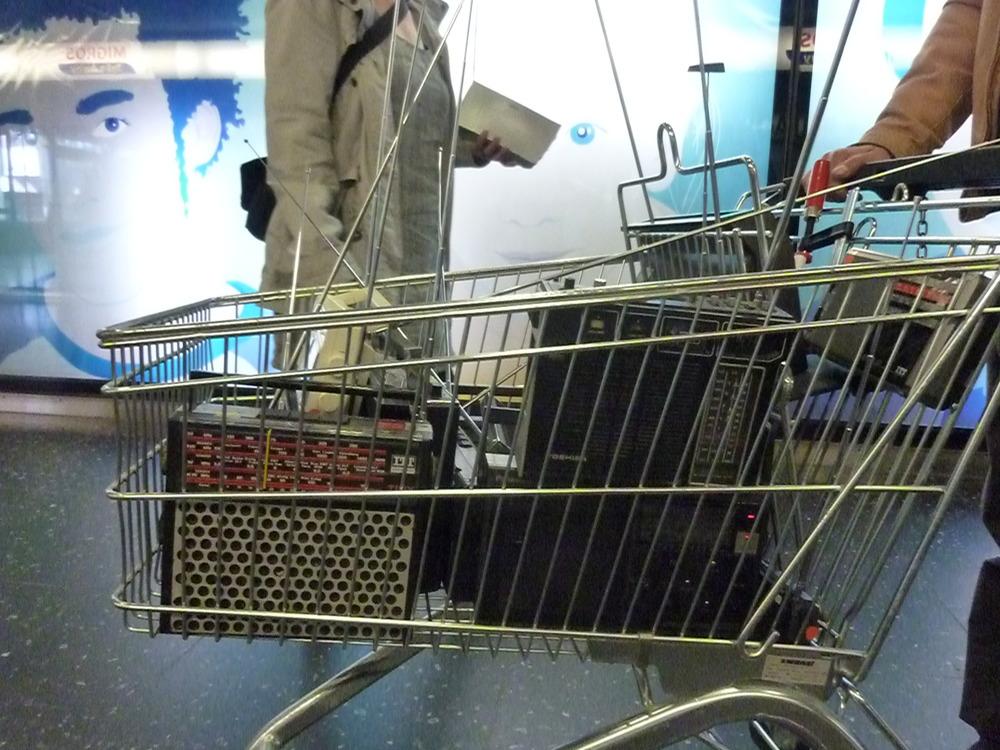 zwei einkaufswägelchen sind je mit einem sender und einigen radiogeräten ausgerüstet. als autarke sende- und empfangsgebiete begeben sie sich klingend auf shopping-tour durch den badener metroshop.