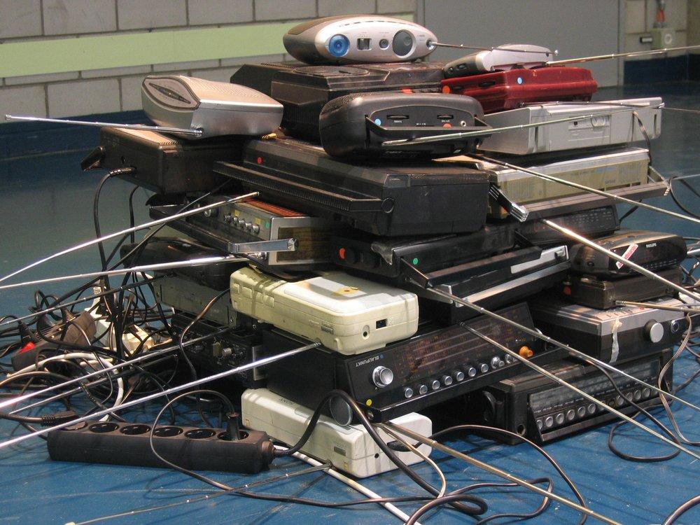 zwei kuben gestapelter kofferradios. daraus erklingen aufnahmen aus dem maschinenraum der kehrichtverbrennungsanlage, die von unterschiedlich langen pausen unterbrochen werden.