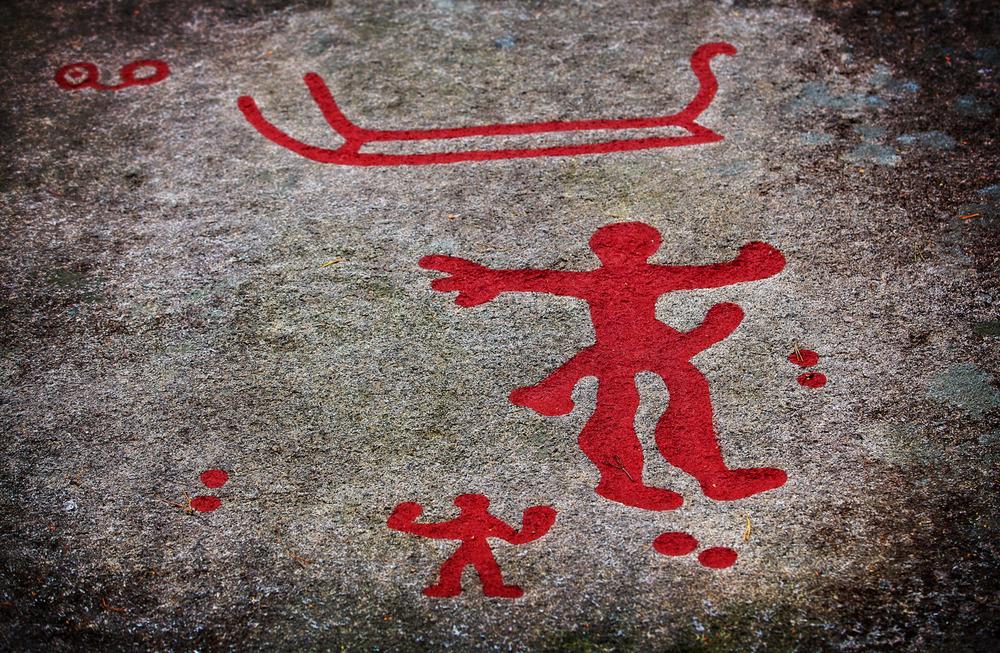 Mannsfigur med uthevet kjønn understreker betydningen av fruktbarhet og avlerkraft. Fra Gulskårfeltet på Begby i Fredrikstad. Klikk på bildet for å forstørre bildet.