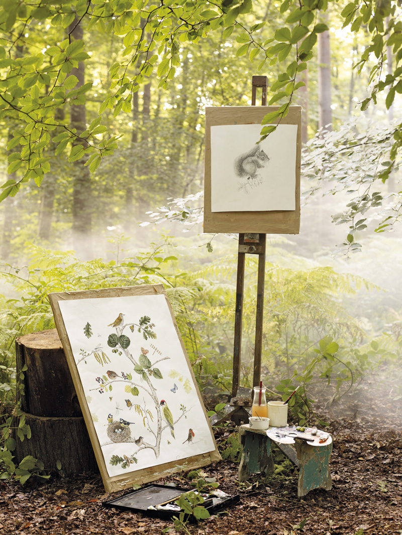I kolleksjonen Woodland Walk fra Sanderson er motivene inspirert av de engelske skogene. Designet er tegnet opp for hånd og malt oppå, i tråd med våre ønsker om bedre håndverk.