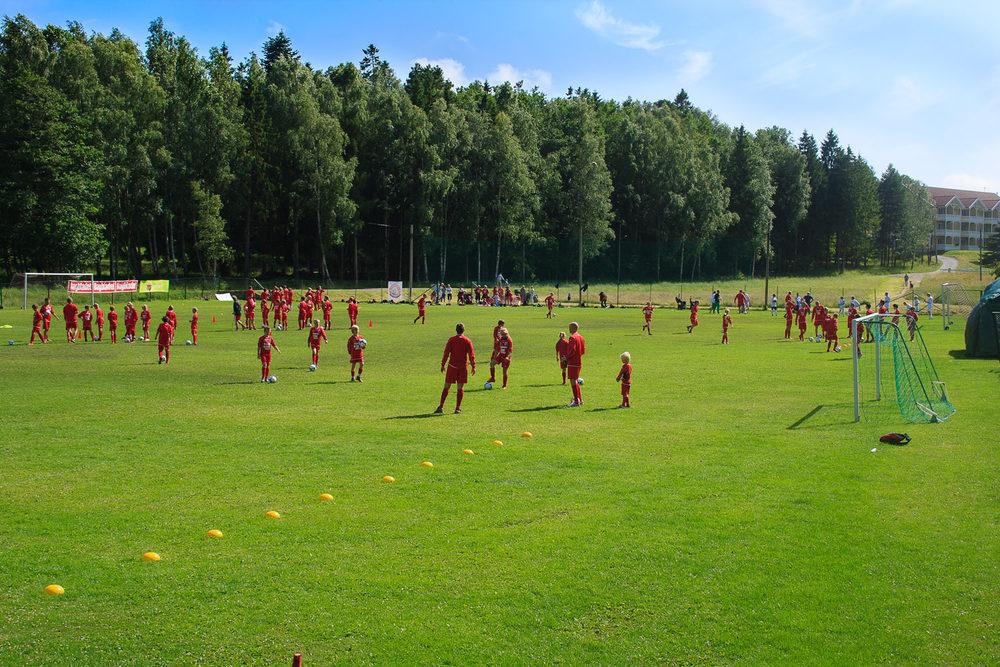 Fotballglade har en stor gressbane som man kan boltre seg på. Banen holder internasjonale mål. Her arrangeres fotballturneringer, treningsleire ol.