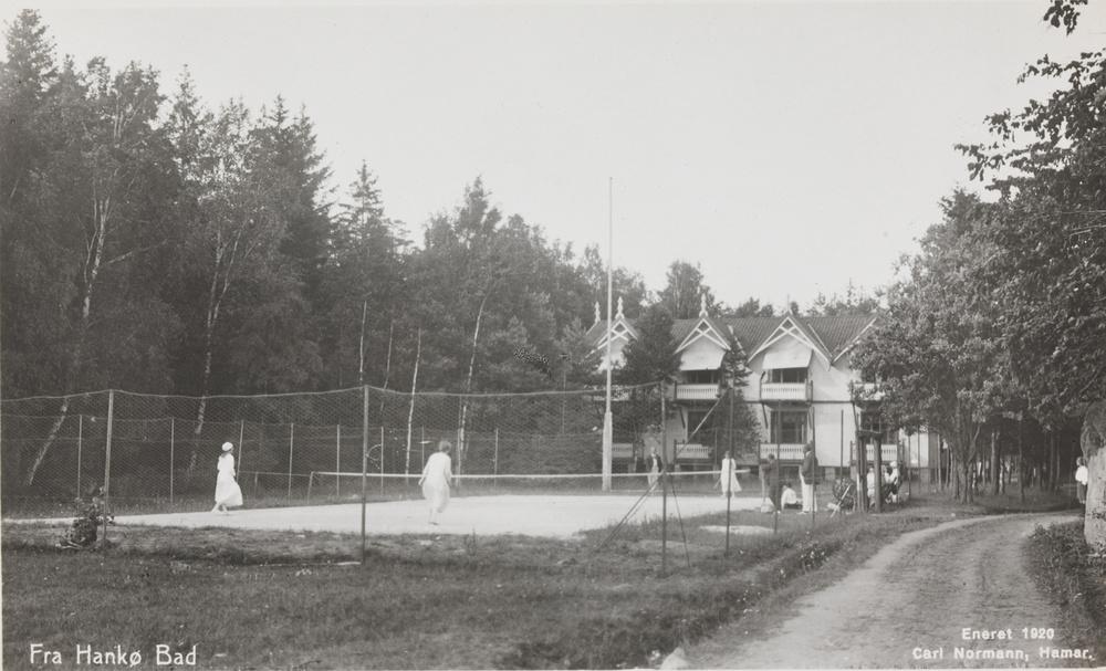 Tennisbanene holder til i samme området som på bildet ovenfor. Bildet er fra 1920.