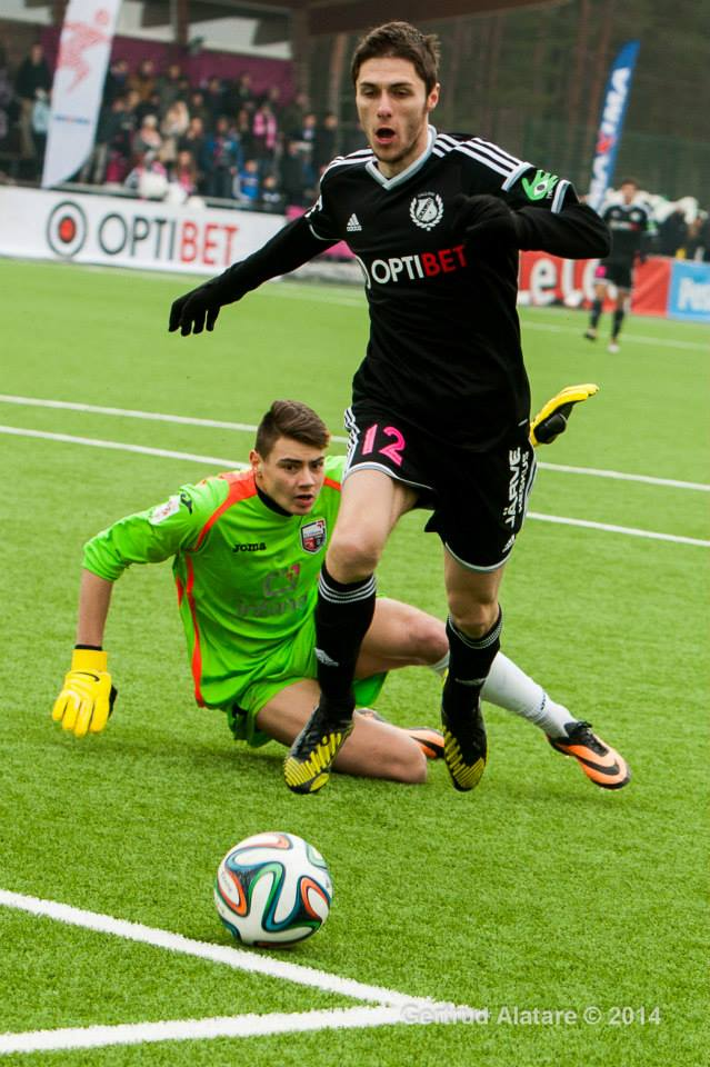 Papaz overcomes Igonen but cannot find the way to the goal (Gertrud Alatare)