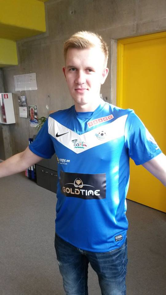 Kaarel Kiidron shows Tammeka new jersey for season 2014 ahead of the game vs. Infonet. Kiidron is registered with the blue-whites but has not played on Saturday (Tammeka Facebook page)