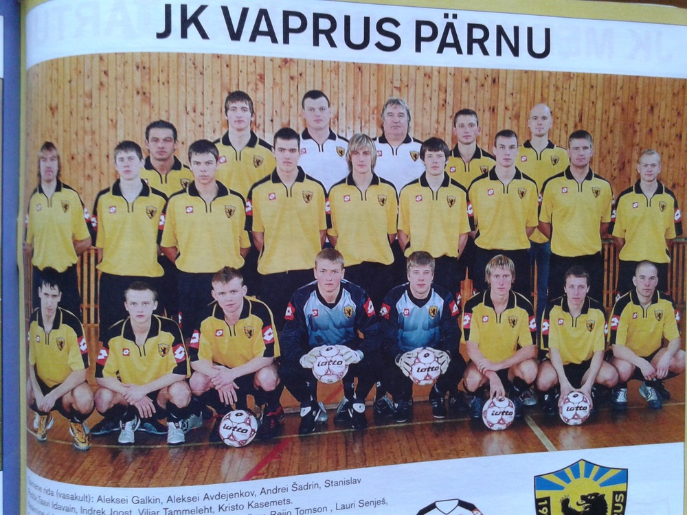 Stanislav Prins (Flora's goalkeeper) when he was at Vaprus Pärnu and was still Stanislav Pedõk (the goalkeeper on the left)