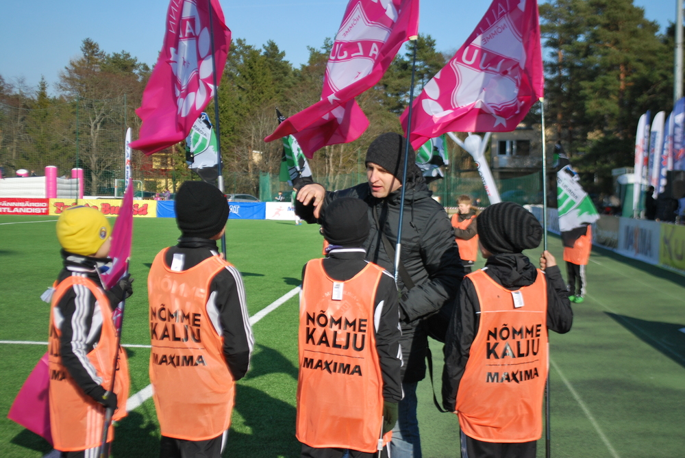 Premium Liiga development manager, Veiko Soo, instructs the kids about the match ceremonial