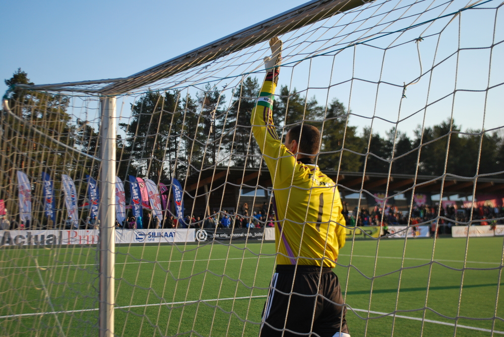 Smiśko thanks the goal posts