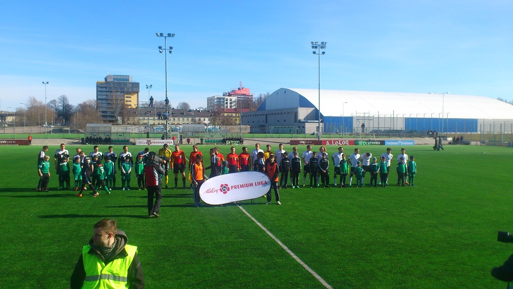 Both teams lining up before the start of the match Foto: RdS