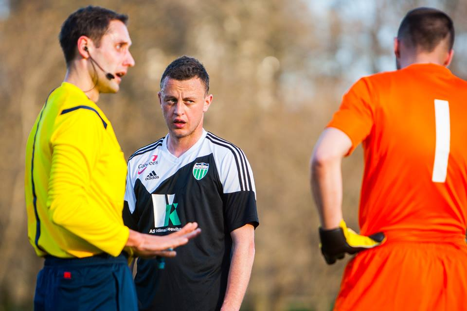 Tripartite confrontation: ref Kaasik, Levadia's Buinickij and Narva's Leptmets. The discussion will end with the Narva's keeper being booked for a reaction against the Lithuanian striker (Gertrud Alatare/Narva Trans Facebook)