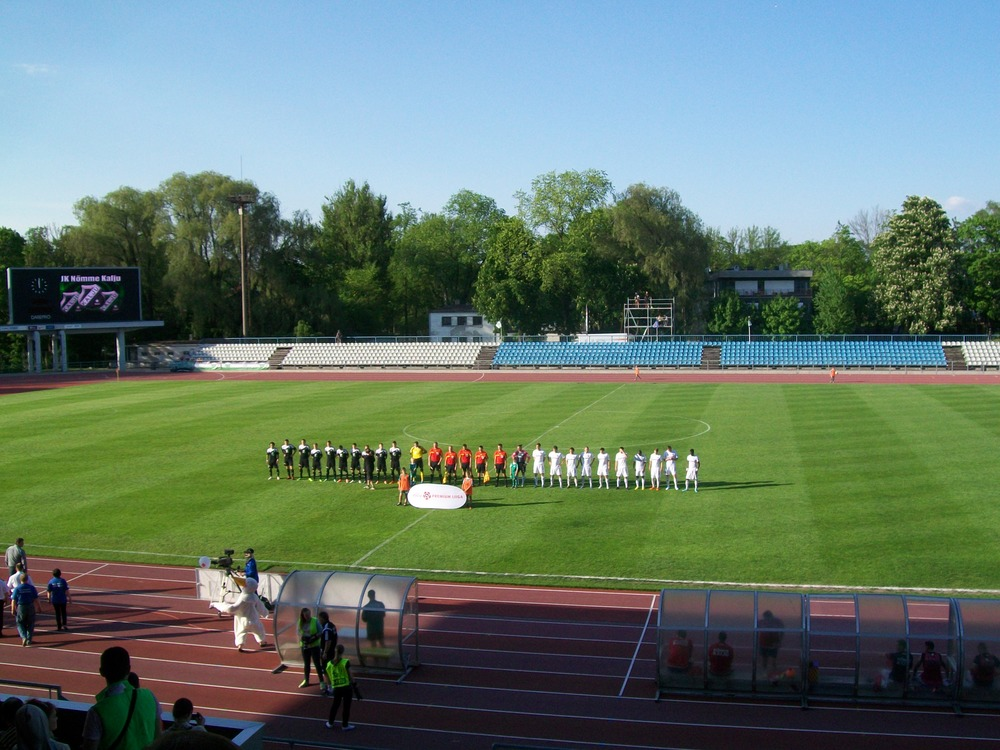 The teams line-up in glorious sunshine Photo: RdS