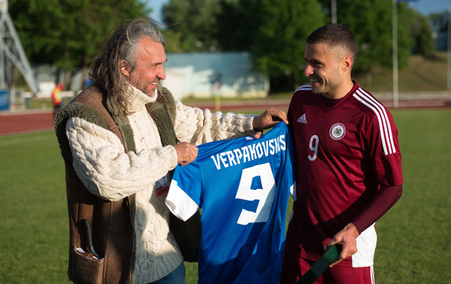 Aivar Pohlak, Estonian FA president, gifted Verpakovskis with an Estonia personalized shirt before the kick-off of his last game with the Latvian national team (Tairo Lutter - Postimees)