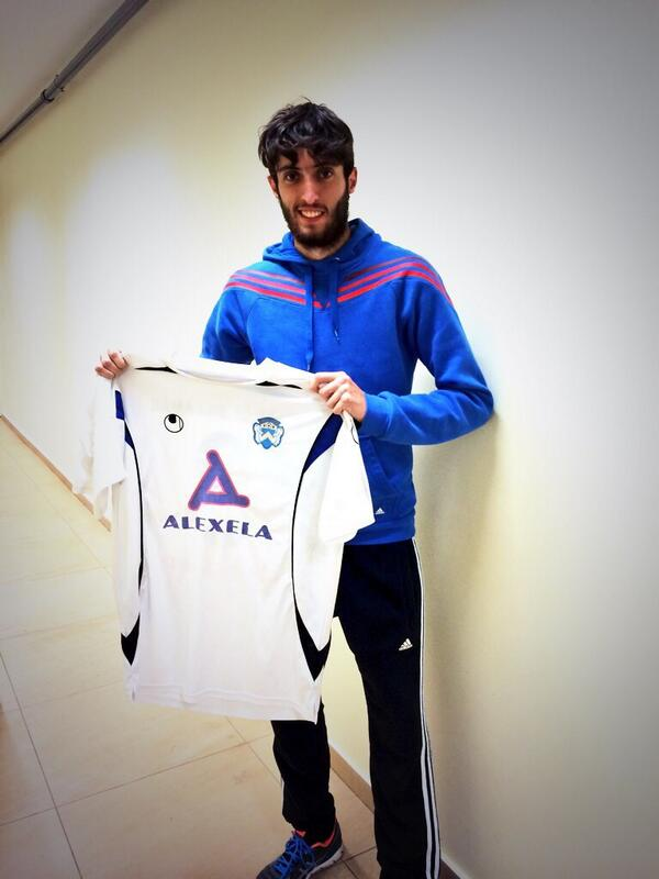 Micha showing proudly the jersey of his new club (Twitter @micha_vera)