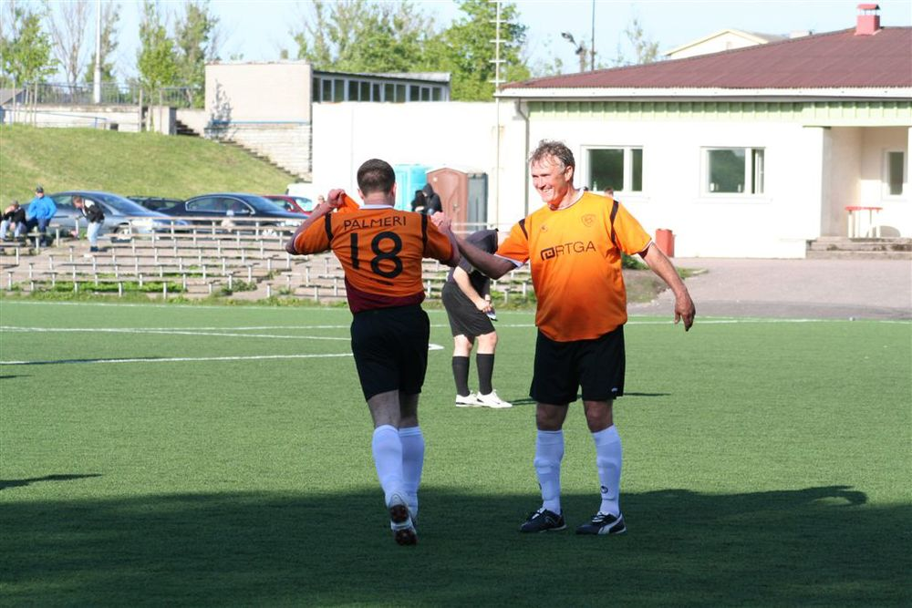 Former National Team and Levadia coach, Tarmo Rüütli, giving a five to your columnist after a goal- click to enlarge (Siim Kiibus)