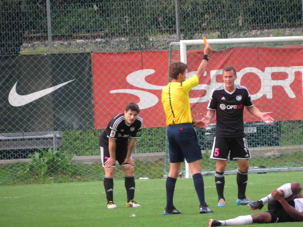 Bärengrub cannot believe his eyes when Tohver shows him the red card (Keiko Masuda)