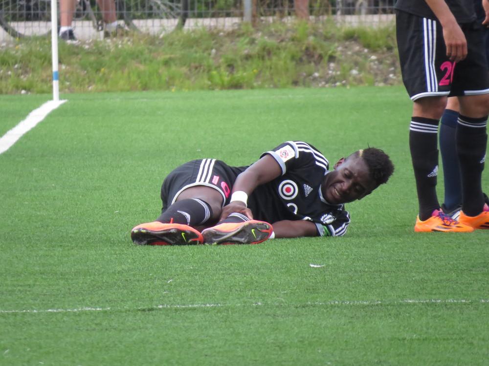 Kimbaloula lying on the floor after Malov's hard challenge: twisted knee (Keiko Masuda)