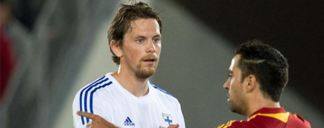 Kasper Hämäläinen with Finland national team strip in front of his majesty Xavi