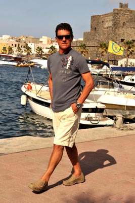 Don Fabio strolling like a local in the Pantelleria town's harbour (Pantelleria.com)