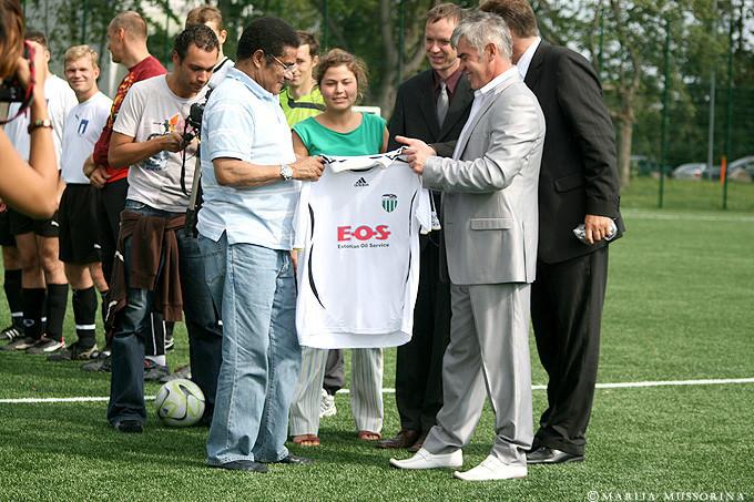 Levadia's paron, Viktor Levada, gifts Eusebio with a club jersey (fclevadia.ee)