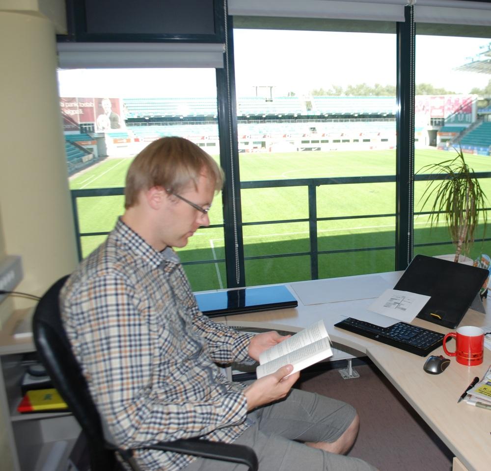 EJL pressiesindaja tutvumas Pirlo raamatuga oma ilusa vaatega kontoris (RdS)