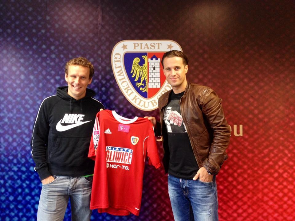 Kostantin Vassiljev holding Piast Gliwice jersey together with Nesta Sport Group agent Jevgeni Novikov (Nesta Sport Group)