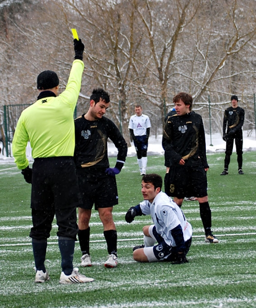 Andrea Castelnovo receiving a yellow card with Kaitseliit Kalev jersey