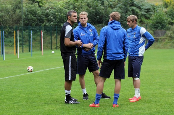 Novikovas (first from right) and Anier (second from left) talking with new coach of FC Erzgebirge Aue, Tomislav Stipic