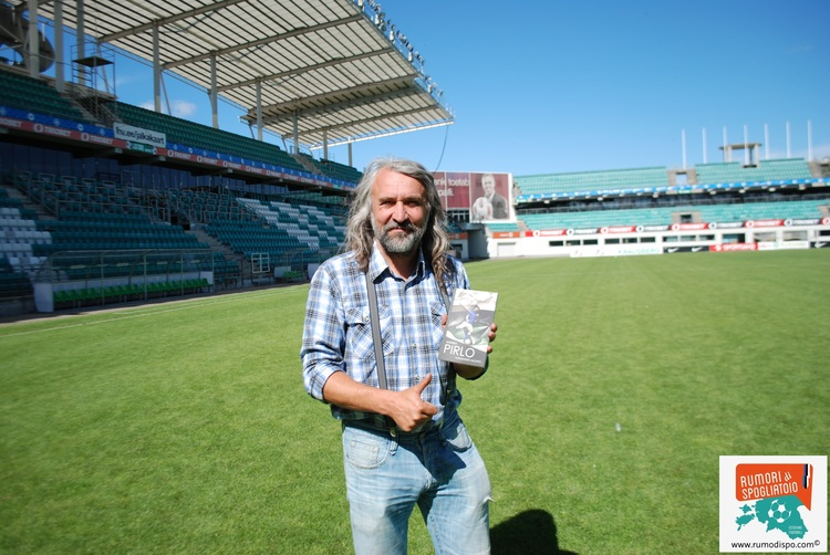 Aivar Pohlak at the A.LeCoq Arena with a copy of Andrea Pirlo's biography in Estonian