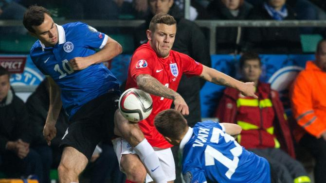 Zenjov fighting on the ball with Wilshere with Vunk's help (err.sport.ee)