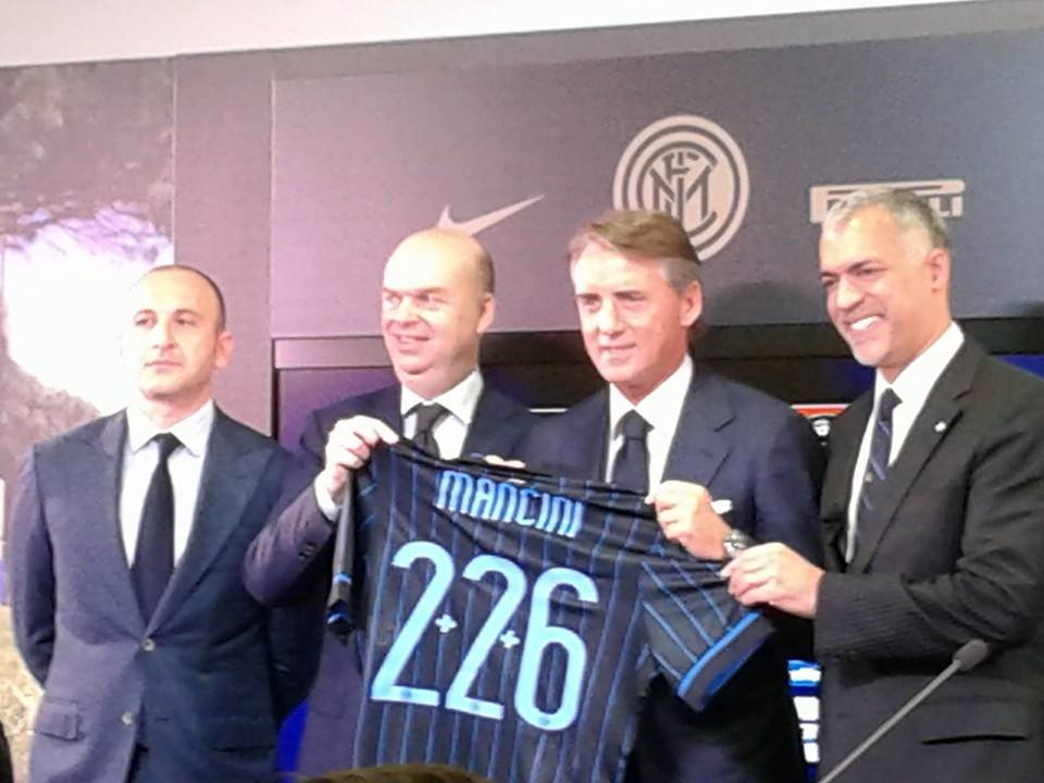 Mancini showing his new Inter shirt with his dugout appearances at Inter (RdS)