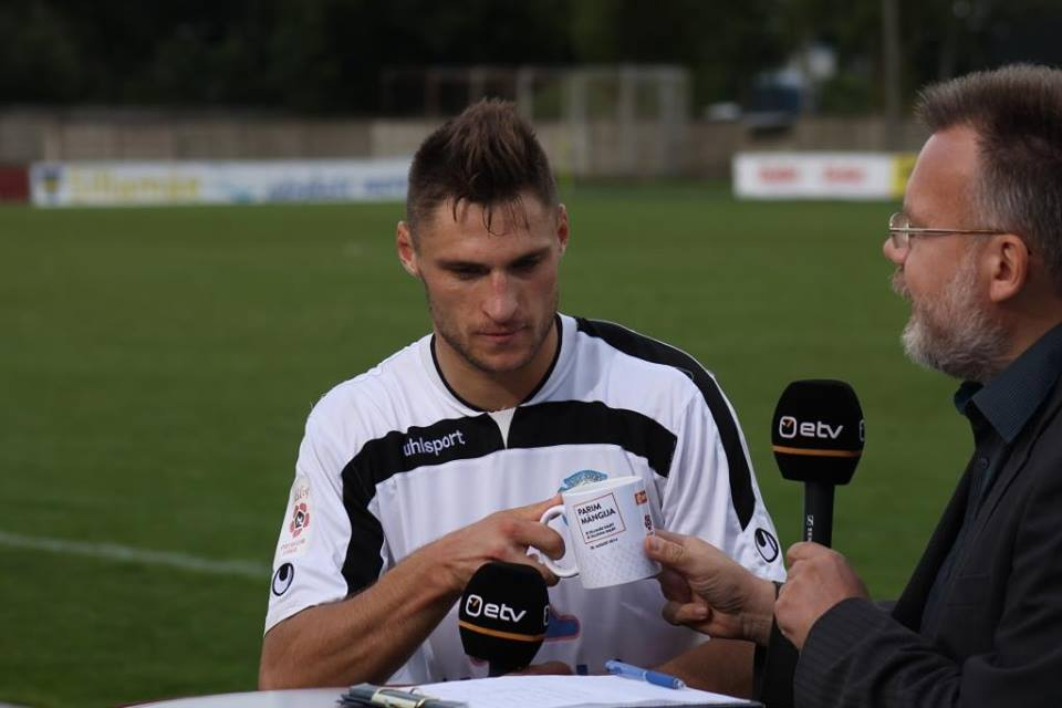 Kabaev receives one of the many mugs for the MVP title assigned by ETV (Premium Liiga broadcaster)