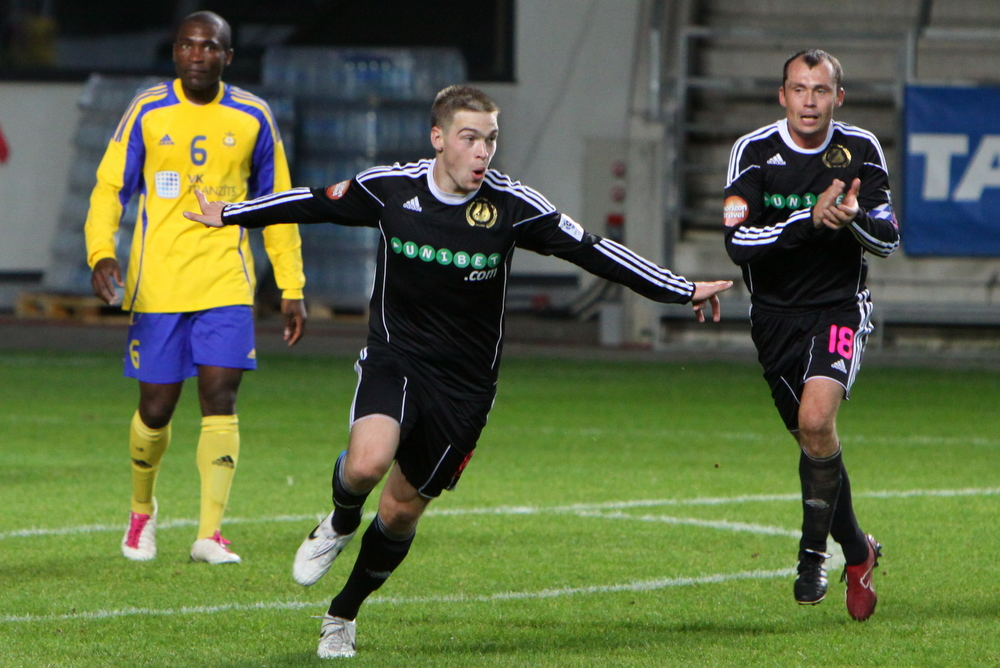 Glory days. Jüri was Kalju's present-day coach teammate (Sergei Terehhov in the background - soccernet.ee)