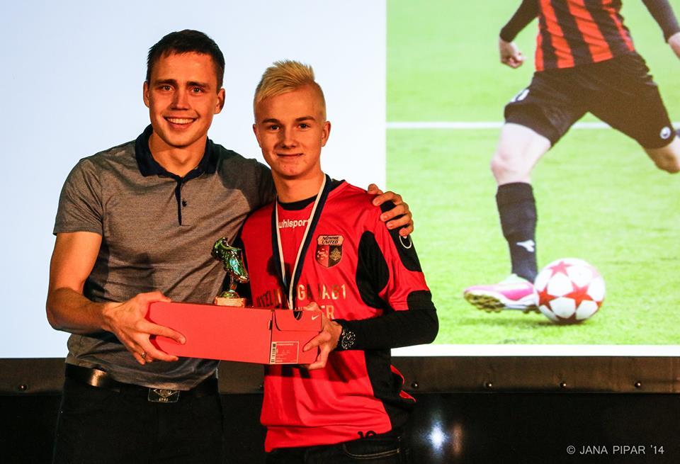 Henry Järvelaid (right) awarded by 2013 Premium Liiga topscorer, Rimo Hunt (Estonian FA/Jana Pipar)