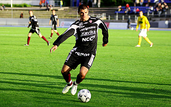 The sturdy Brazilian striker, Rafael, in action (Futis Forum)