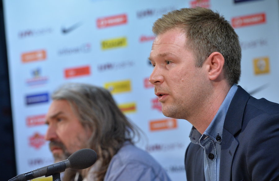 Magnus Pehrsson with Estonian FA president Aivar Pohlak in the background (jalgpall.ee)