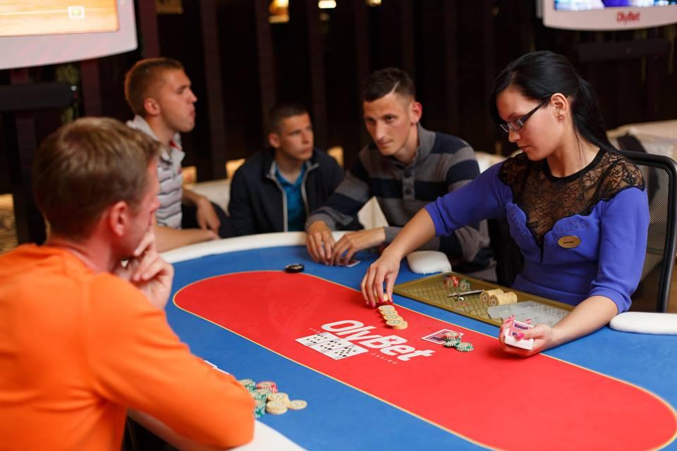 Igor Subbotin (center) at the poker table together with Artjom Artjunin (left).