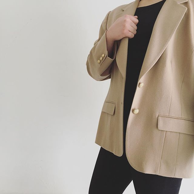 Warmly welcoming a wet winter week with an @american_weekend wool blazer. #nevergoesoutofstyle #vintagependletonjacket #powerwoman #sleekandstructured #winterwool