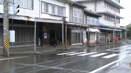 Photo 9 : ... as shopping parades become shabby and deserted ...