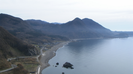 Photo 1 : Many small and isolated settlements in Japan, such as this one on the north-western coast of Sado Island in Niigata Prefecture, are shrinking and are under threat of disappearing entirely