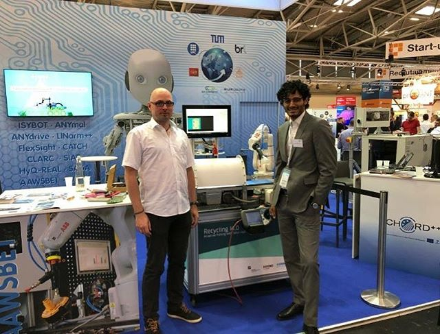 Farshid and Michael in front of the robot sorter :). Come and visit us at Automatica in Munich #automatica2018 #munchen #munich #refind #refindtechnologies #ai #artificialintelligence