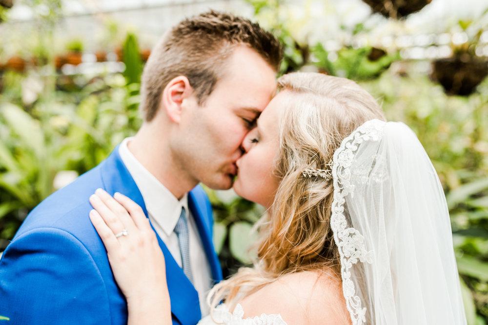 Lisa + RubenKoek - Emma heeft voor ons de bruiloft fotorapportage gedaan. Emma weet als geen ander iemand op zijn gemak te stellen en mooie foto's te maken. Ze is professioneel, open, en vriendelijk en heeft passie voor fotografie. Verder is haar communicatie duidelijk en ook de afspraken worden netjes nagekomen. Kortom, een aanrader voor iedereen die op zoek is naar een professionele fotograaf.