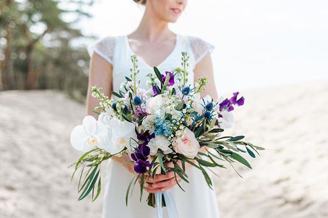 Ik hou van bloemen! Dit boeket van @ninjafloraldesign vind ik echt prachtig! Zacht, romantisch, speels en toch wat contrast 🙌🏻 . . . #emmavdschelde #elopementlove #wildweddinginspiration #firstandlasts #instawed #bruiloftinspiratie #modernbride #thedailywedding #wildlove  #fineartweddinginspo #destinationwedding #amsterdamweddings #bruidsfotograaf