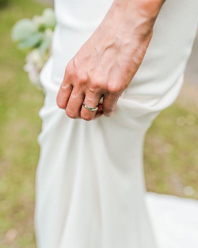 Details ✨ . . . #emmavdschelde #elopementlove #wildweddinginspiration #firstandlasts #instawed #bruiloftinspiratie #modernbride #thedailywedding #wildlove  #fineartweddinginspo #destinationwedding #amsterdamweddings #bruidsfotograaf