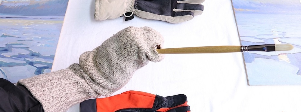 The Hibbard mitten, allowing fingers inside to hold onto a single brush.
