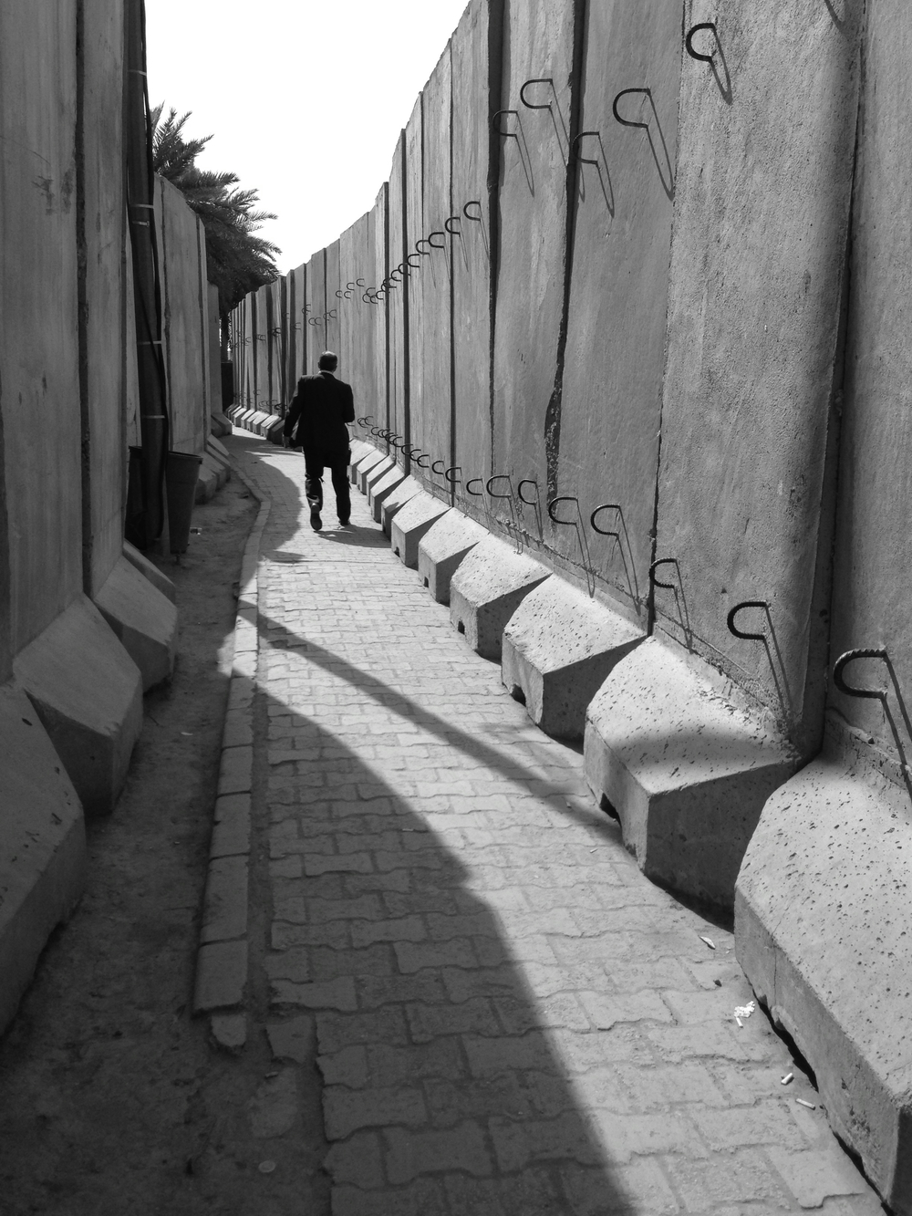 Blast wall alley. Green Zone, Baghdad. ©Elliott Colla (2013).