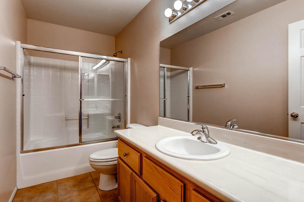 584 Highgate Park Ct Las Vegas-large-022-2nd Floor Bathroom-1500x1000-72dpi.jpg