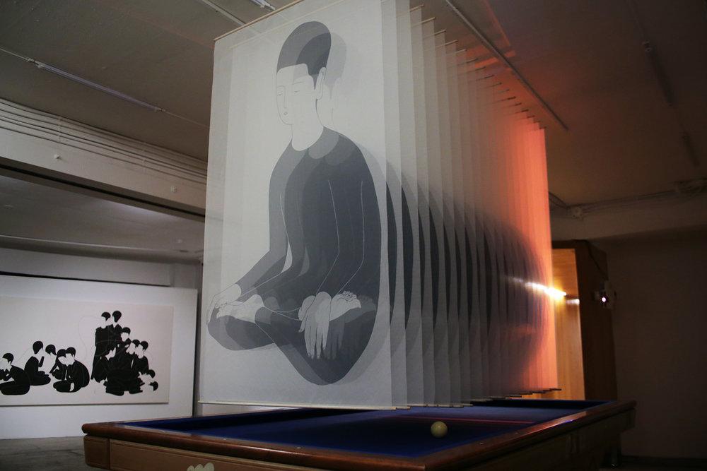 여러 하나 / Many any some one like me Op,0112PI - 100 x 200 cm,모시에 디지털 프린트, 빔프로젝터 가변설치 / Digital print on ramie fabric installation, 2015 Installed in D Project Space -Guseulmoa, Seoul, South Korea, 2015