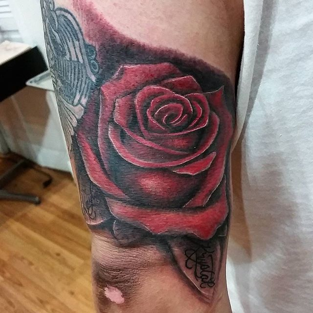 Rose i did for his mother n daughters....thanx for lookin n likin...GET@ME4INK.....#rose#beautiful#familylife#tattoo#ink#tattoolife#inked#inkaddict#cooltattoos#chicagostatetattoo#chicagotattooartist#chicagotattooshop#art#bodyart#skinart#chicago#westtown#urkrainianvillage#humboldtpark#wickerpark#instagood#art#skinart#bodyart#love