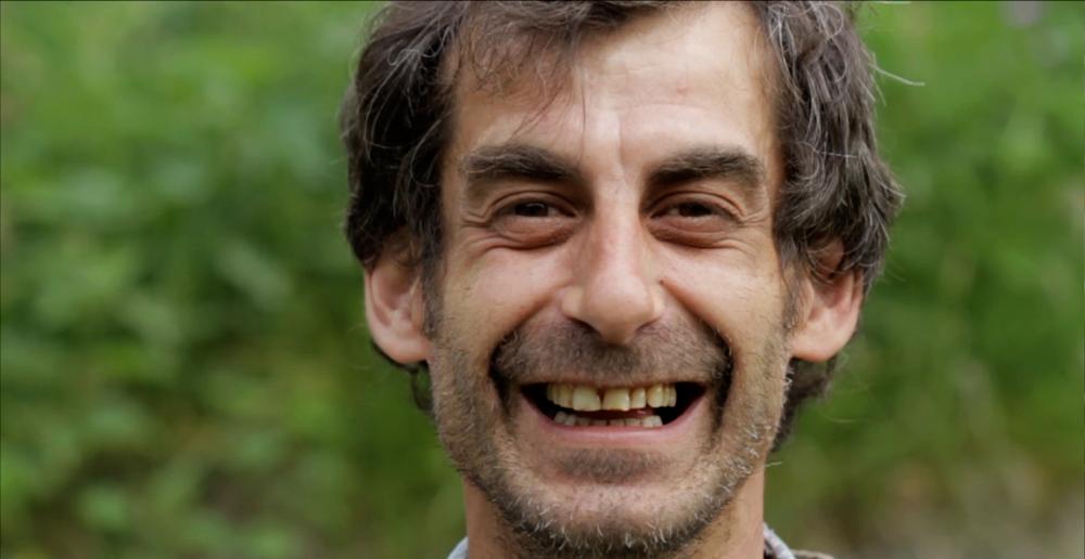 Luca     Luca Cucchi (42) is onze locale gastheer in Val d'Otro. Hij verruilde zijn werk als topkok voor het leven als gepassioneerde geitenhoeder. Zo zal hij samen met jou brood en pizza bakken in een traditionele houtoven. En… zijn glimlach zal je altijd bijblijven